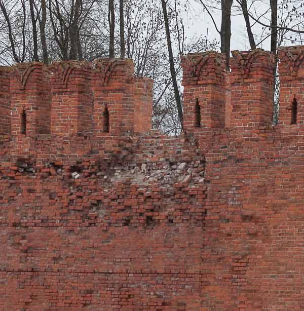 Развалился зубец у крепостной стены